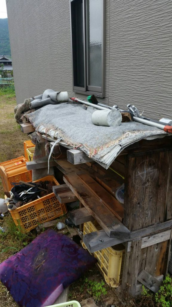 岡山市北区弓之町_不用品回収_軒下に溜まっている粗大ゴミ