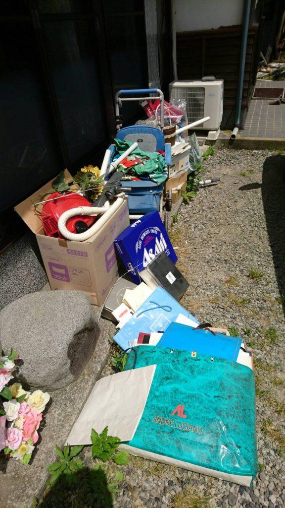 岡山市北区奥田_庭に溜まった粗大ゴミ