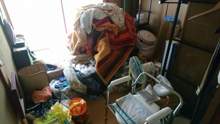 岡山市北区上中野の不用品_和室に溜まっている粗大ゴミ