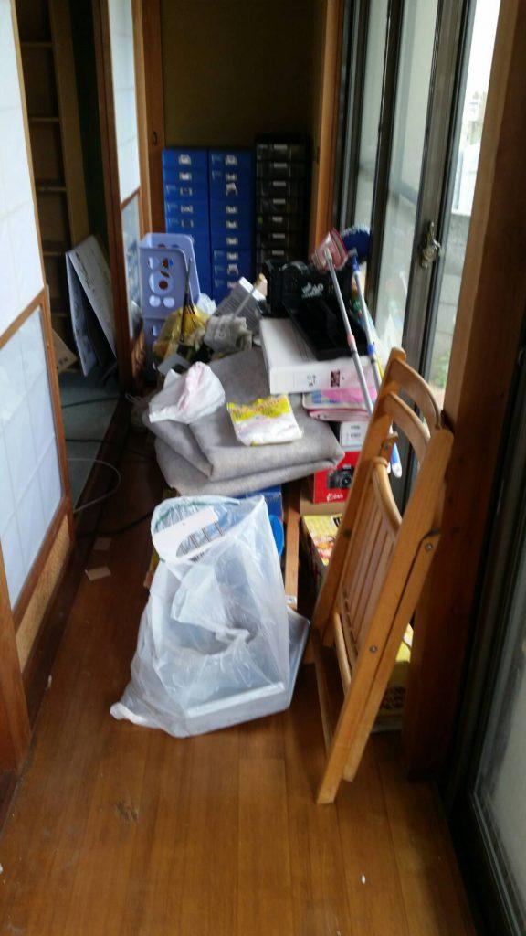 岡山市北区吉備津_不用品回収_廊下に散らかった粗大ゴミ