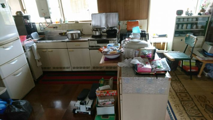 不用品回収_岡山市北区延友_散らかったキッチンの様子